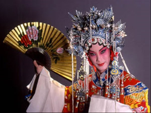 Schauspielerin in aufwändigem Kostüm