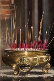 Räucherstäbchen sind in jedem Tempel zu finden