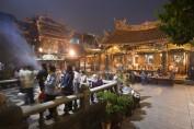 Der Longshan-Tempel bei Nacht